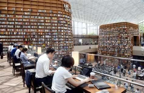 Shinsegae opens 50,000-title library at Coex