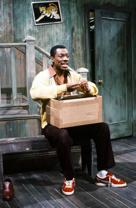 Eddie Murphy steps on 'SNL' stage for first time in 32